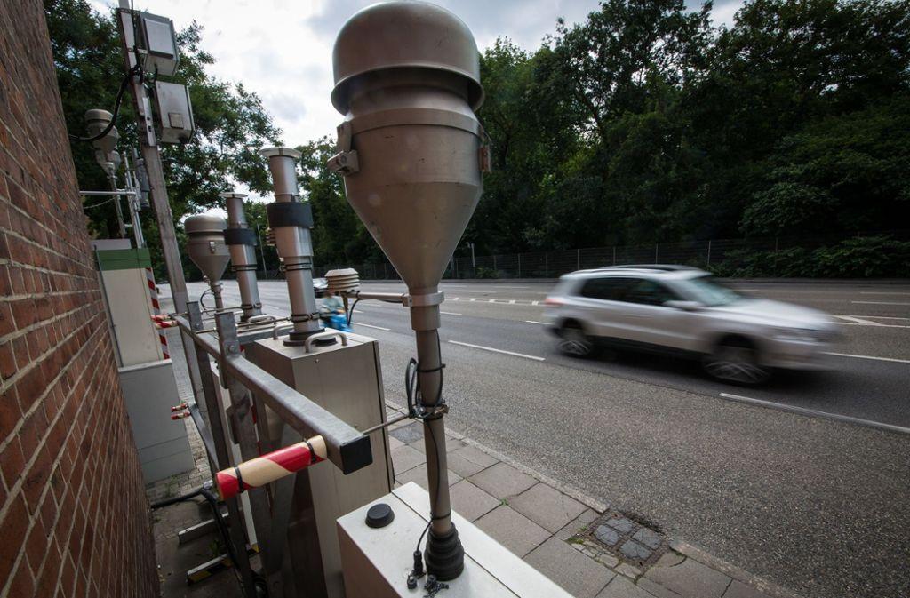 Die Messstelle am Stuttgarter Neckartor erfasst  die Konzentration verschiedener Luftschadstoffe. Foto: dpa