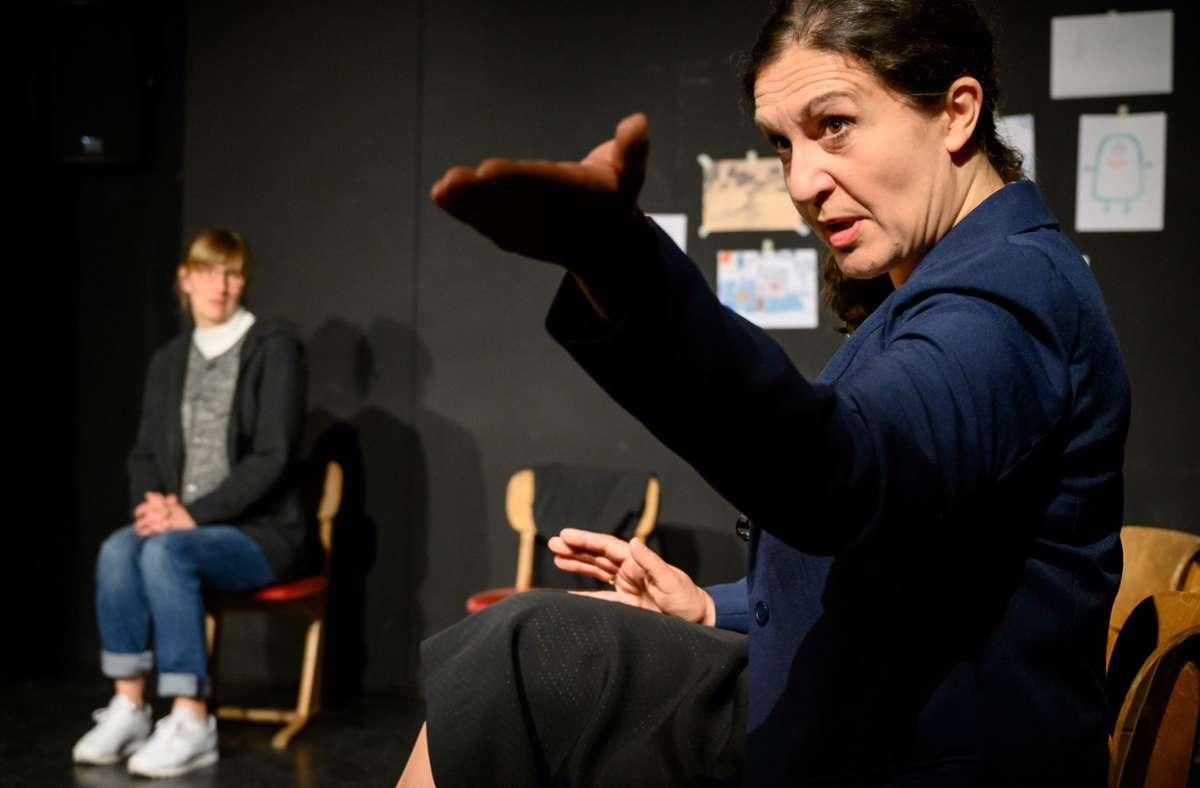 """Gerichtstag im Klassenzimmer:  Schirin Brendel (vorne) und Caroline Sessler als """"Alarmbereite"""" Foto: /Stephan Haase/Studio-Theater"""