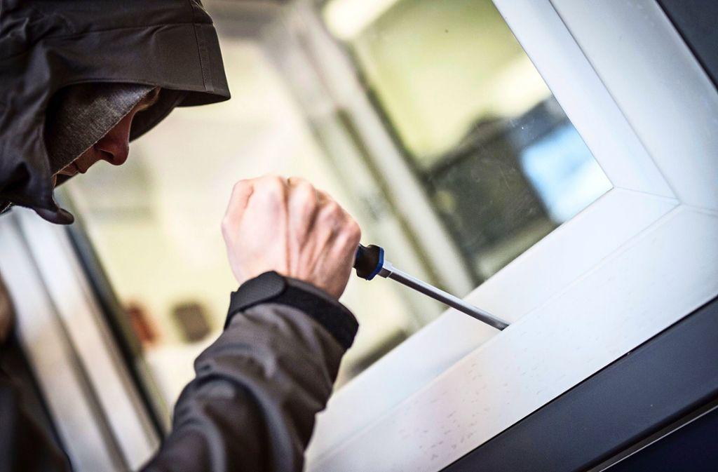 Mit Werkzeugen haben die mutmaßlichen Täter reihenweise Fenster und Türen in diversen Gebäuden aufgehebelt. (Symbolbild) Foto: dpa