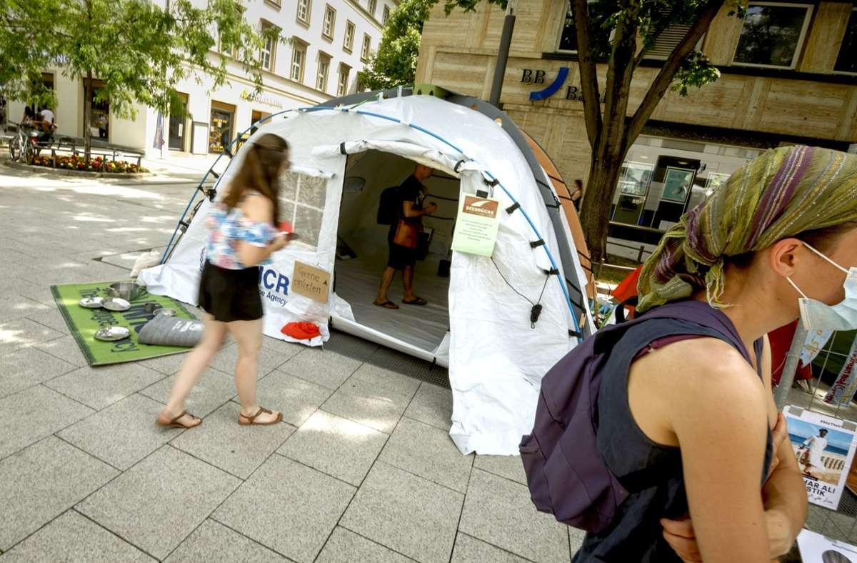 Das Bündnis zeigt, wie ein Zelt für Geflüchtete aussieht. Foto: Lichtgut/Julian Rettig