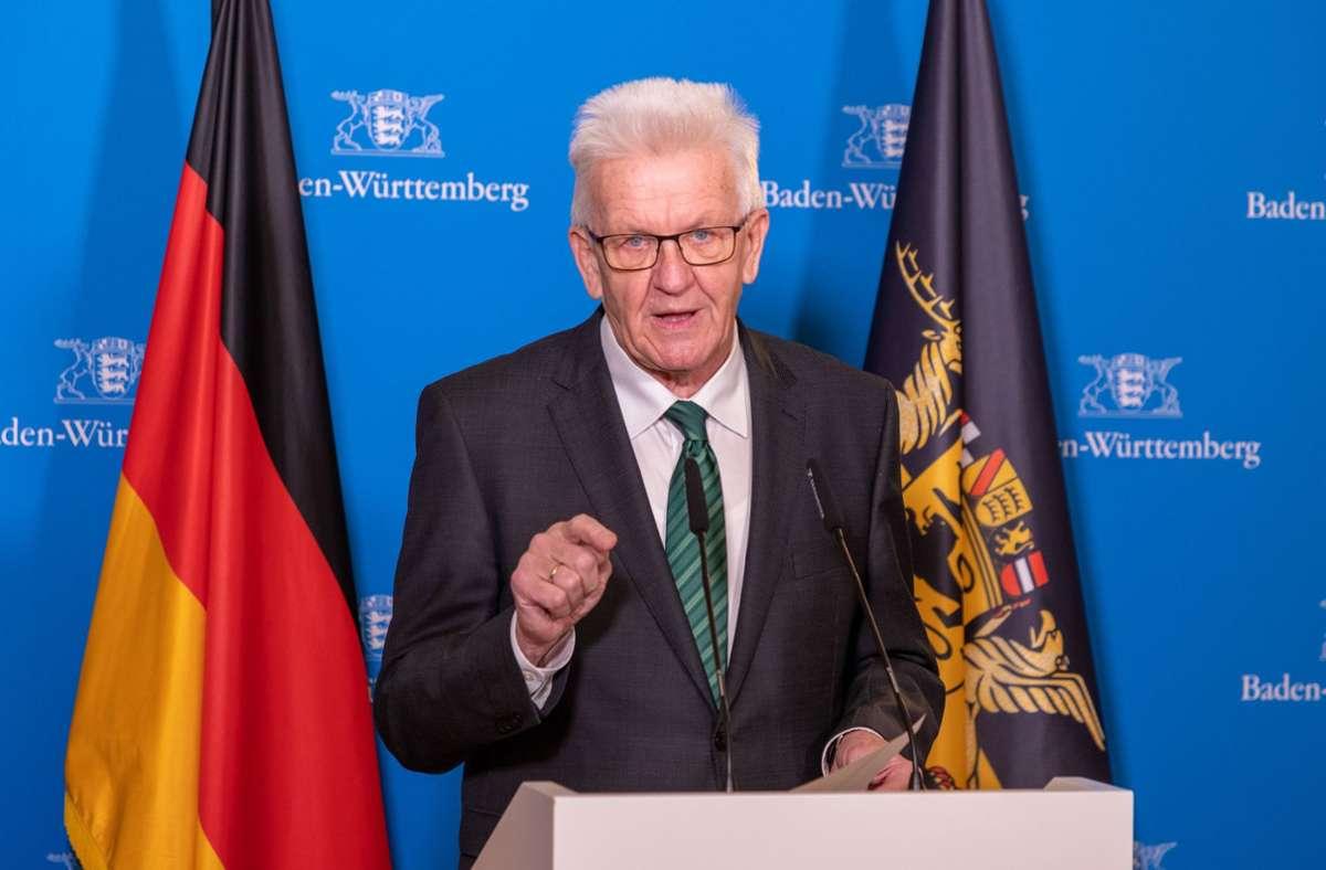 Winfried Kretschmann (Grüne) informierte per Videokonferenz. Foto: dpa/Handout
