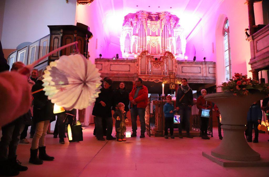 In der Fellbacher Lutherkirche leuchteten Lampions vor einer prachtvoll illuminierten Orgelemporer. Foto: Patricia Sigerist