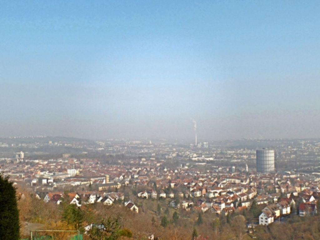 So hoch liegt die Waldebene Ost – hier der Blick von der Kleingartenanlage Raichberg aus – über dem Stuttgarter Osten (im Vordergrund Gaisburg). Foto: Jürgen Brand