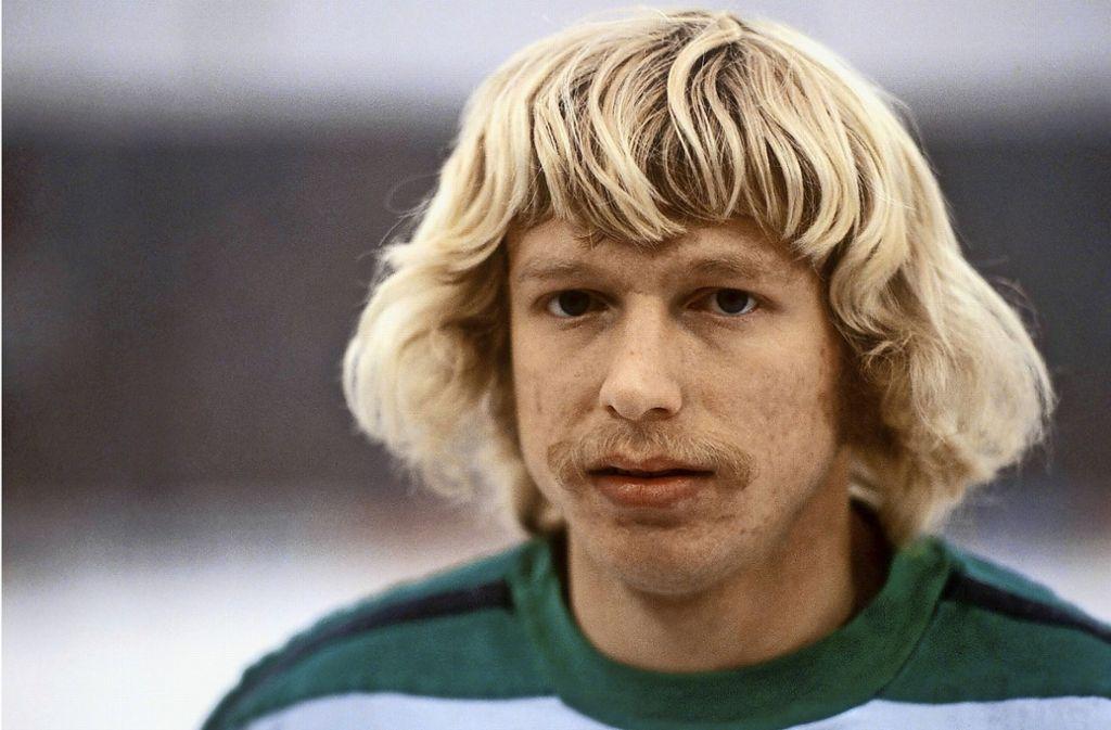 Haare sind zum Wachsen da! Kalle Del'Haye, der einst erfolgreich für Borussia Mönchengladbach kickte, zeigte eindrucksvoll, wie man als sanftmütiger Prinz Eisenherz reüssiert und dabei Friseurkosten spart. Foto: Imago