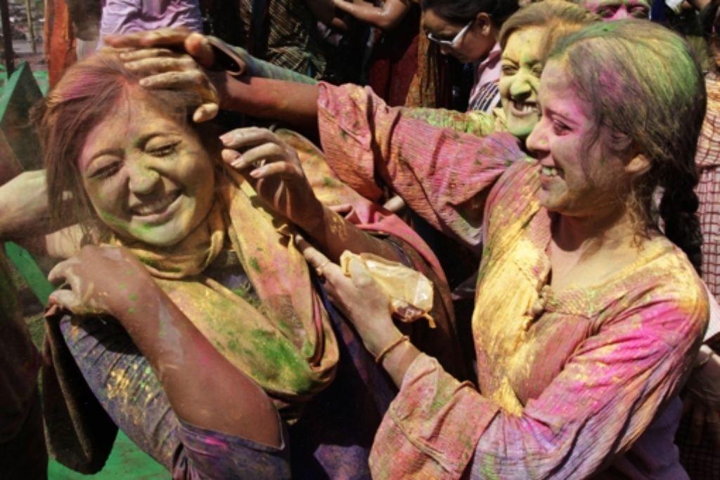 Zum Holi-Fest bewerfen sich die Leute in Indien allerorten mit Farbpulver Foto: AP