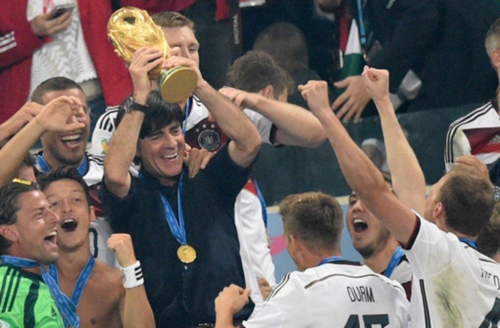 Joachim Löw hat es geschafft: Nach dem Sieg gegen Argentinien reckt er den Pokal als frisch gebackener Fußball-Weltmeister in die Höhe. In unserer Bildergalerie blicken wir auf seine bisherige Karriere zurück. Foto: dpa