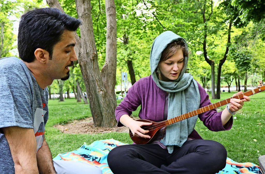 Anne Wehlan hat im Iran auch das Setar-Spiel erlernt Foto: privat
