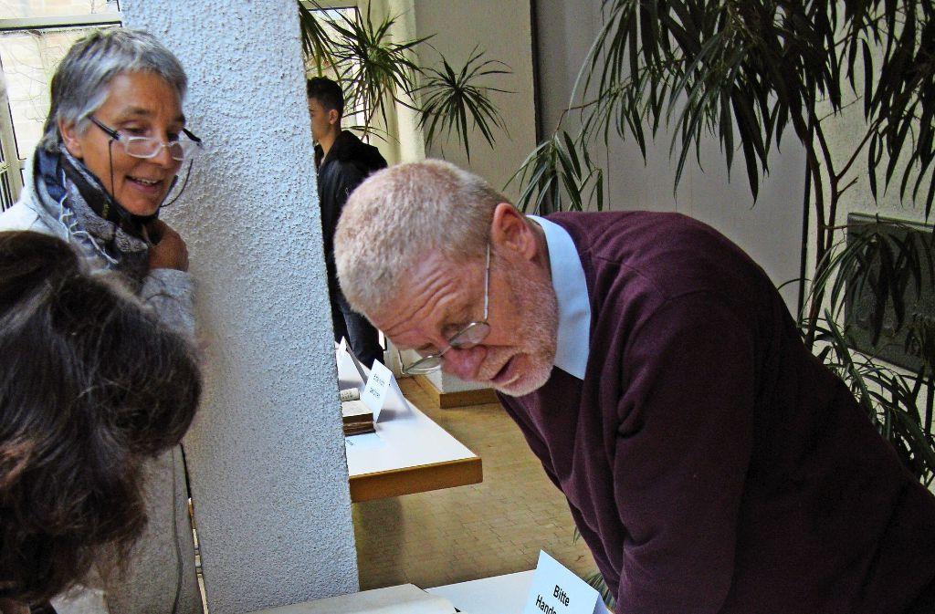 Pfarrer Winfried Maier-Reveredo erläutert die Straßburger Hausbibeln. Foto: Götz Schultheiss