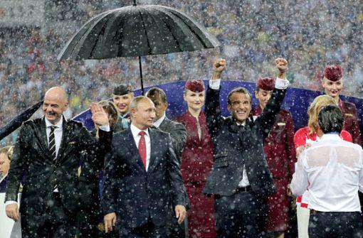 Alle stehen im Regen außer Präsident Putin