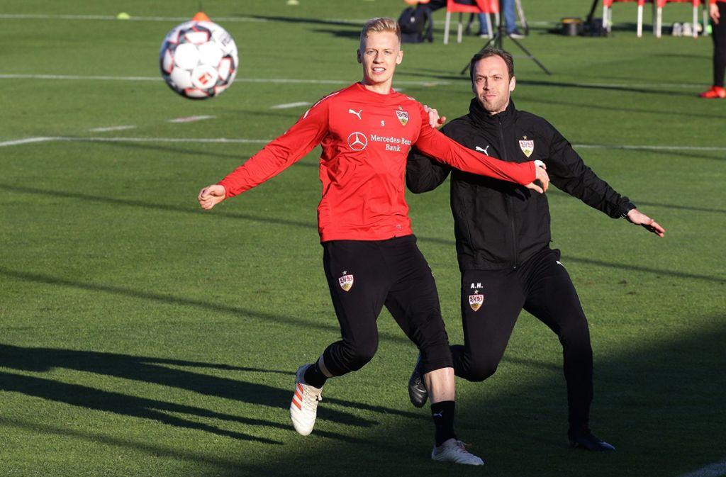 Timo Baumgartl (li./neben Co-Trainer Andreas Hinkel) hat das Training wieder voll aufgenommen. Foto: Baumann