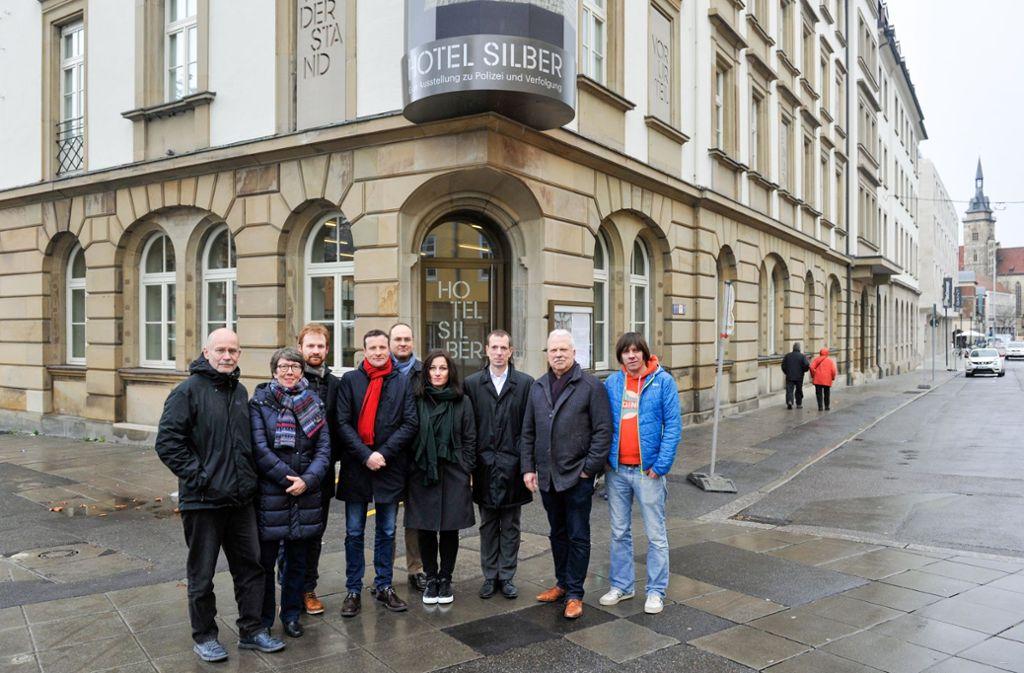 Ein Signal:  Vertreter von sieben Fraktionen vor dem Lernort Hotel Silber. Dort sind  frühere Verfolgung und Ermordung von Menschen in Deutschland dokumentiert. Foto: Lichtgut/Max Kovalenko