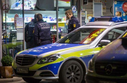 Tankstelle mit Pistolen überfallen