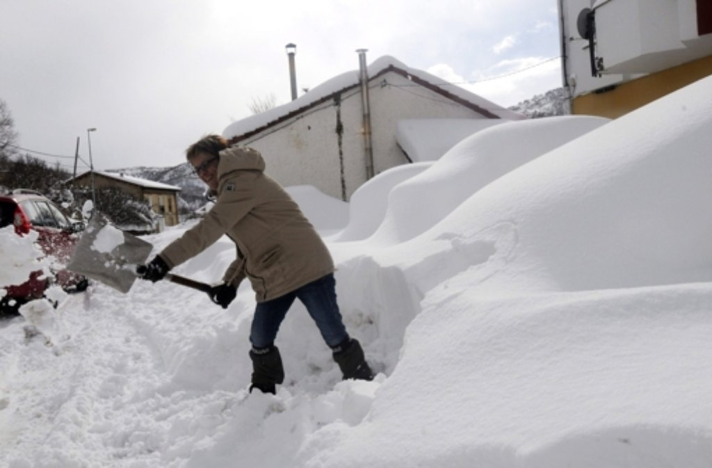 Schnee, wohin das Auge blickt. In Südeuropa hat der Winter mit aller Macht Einzug gehalten, wie zum Beispiel in Matallana de Torío in Nordspanien. Foto: dpa