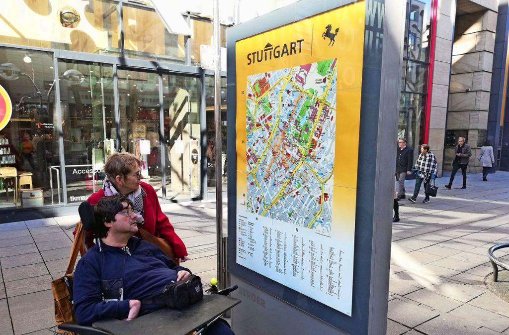 Jutta Pagel-Steidl und Pierre Mayer ärgern sich, dass sich auf Plänen von der Innenstadt wenig nützliche Informationen für Menschen mit Behinderungen finden. Foto: Cedric Rehman