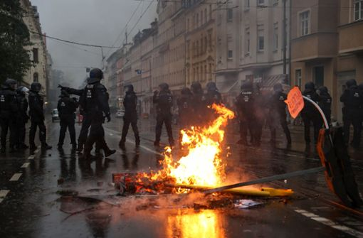 Steinwürfe und brennende Barrikaden