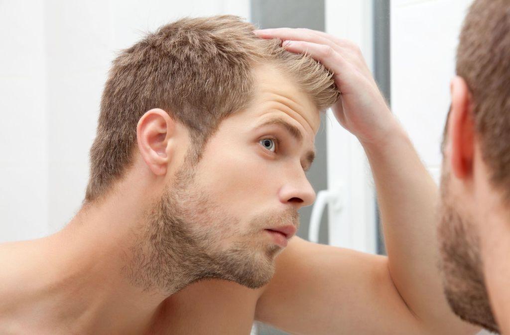 Rund zwei Drittel aller Männer leiden im Alter unter erblich bedingtem Haarausfall. Viele Mittel versprechen Abhilfe – doch ihre Wirkung ist kaum belegt. Foto: obs/Dr. Wolff-Forschung/Shutterstock