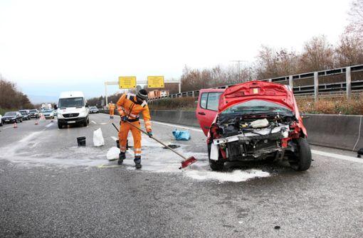 Sprinter kracht in Renault – B14  für eineinhalb Stunden gesperrt
