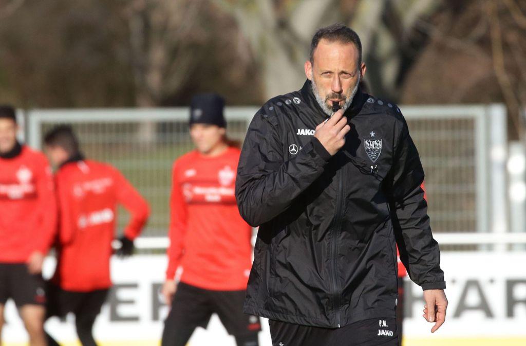 Zumindest in Kleingruppen könnten die Profis des VfB Stuttgart schon bald wieder trainieren – Coach Pellegrino Matarazzo wird's freuen. Foto: Pressefoto Baumann