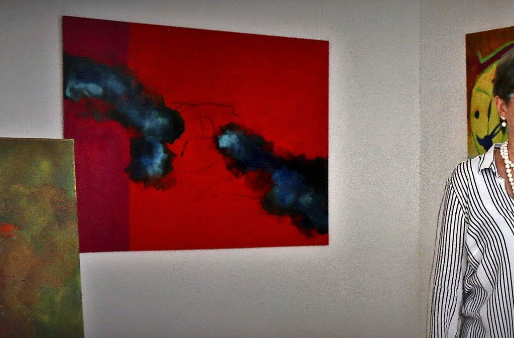 Die Künstlerin Monika Esslinger vor ihren Werken, die noch bis Donnerstag im Weissacher Galerieraum zu sehen sind. Foto: Marion Graeber