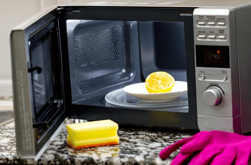 Zitronen entfernen schlechte Gerüche und lösen Essensreste. Foto: goffkein.pro / shutterstock.com