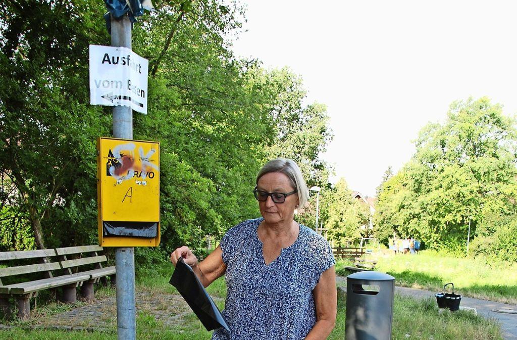 Hannelore Gundlach füllt  den Hundekot-Beutelspender  im Gehrenwald  auf. Foto: Mathias Kuhn