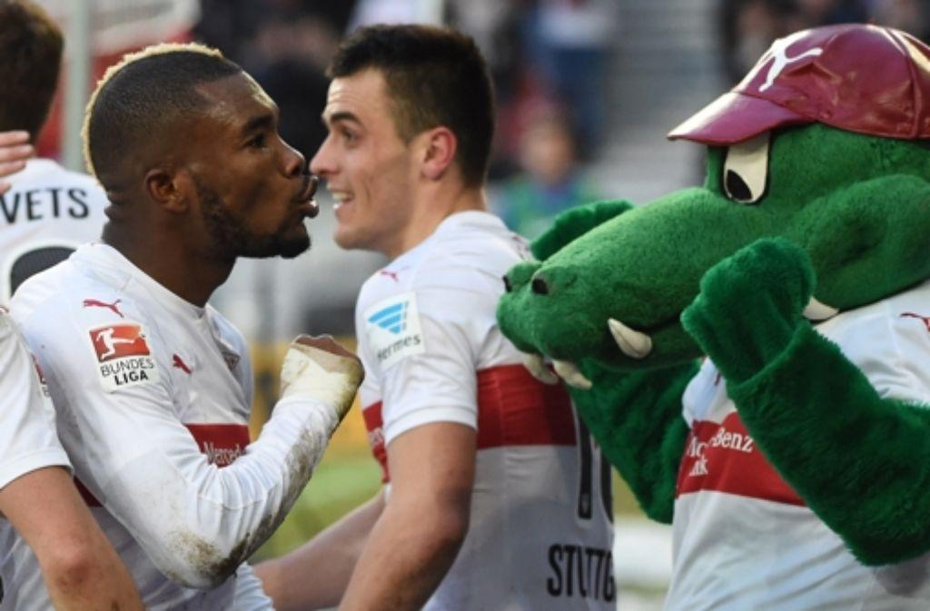Serey Dié feiert seine Glanzleistung mit Fritzle, dem Maskottchen des VfB Stuttgart. Foto: dpa