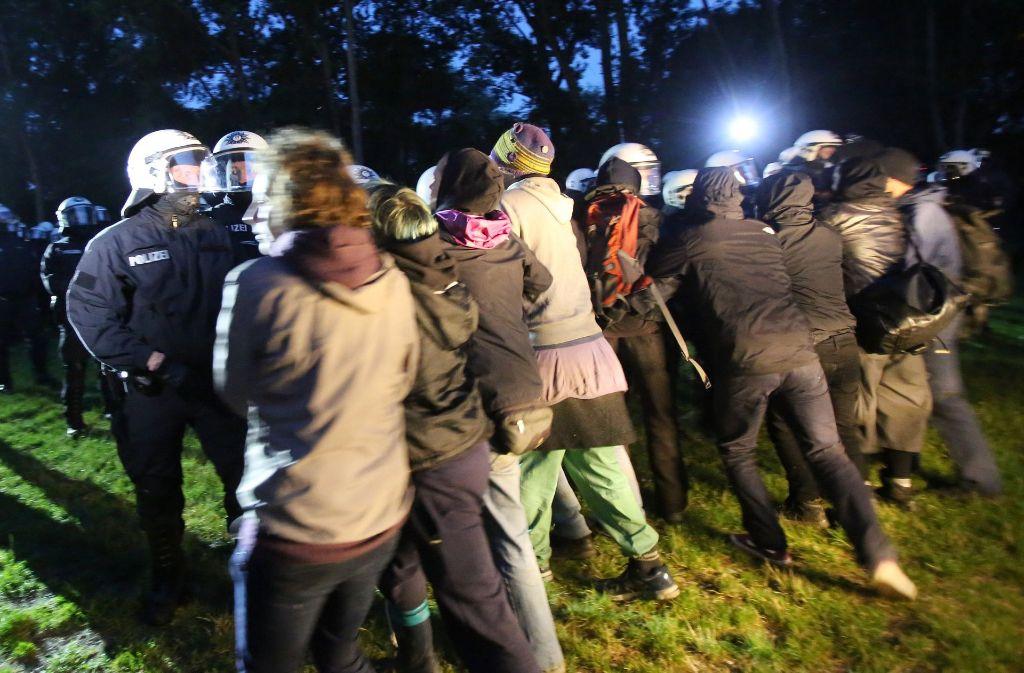 Polizei kontra G20-Gegner auf der Elbhalbinsel Entenwerder Foto: dpa