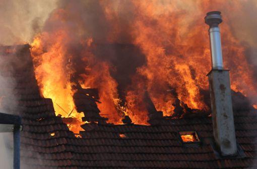 Wohnhaus steht komplett in Flammen - vermutlich mehrere Verletzte