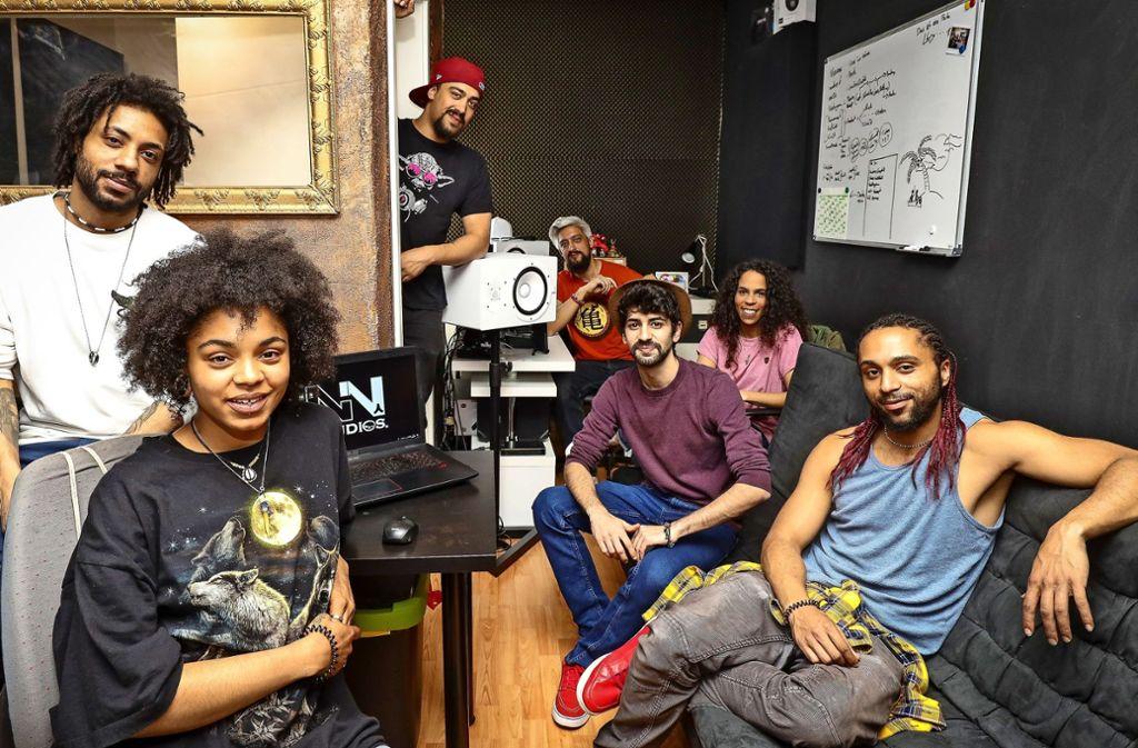 Norman und Cheyenne Scarinci,, Joel und Leon Bhatti, Yasin Mutlu, Charleen Hurdle und Chris Scarinci arbeiten gemeinsam in den Nin-Studios. Foto: factum/Weise