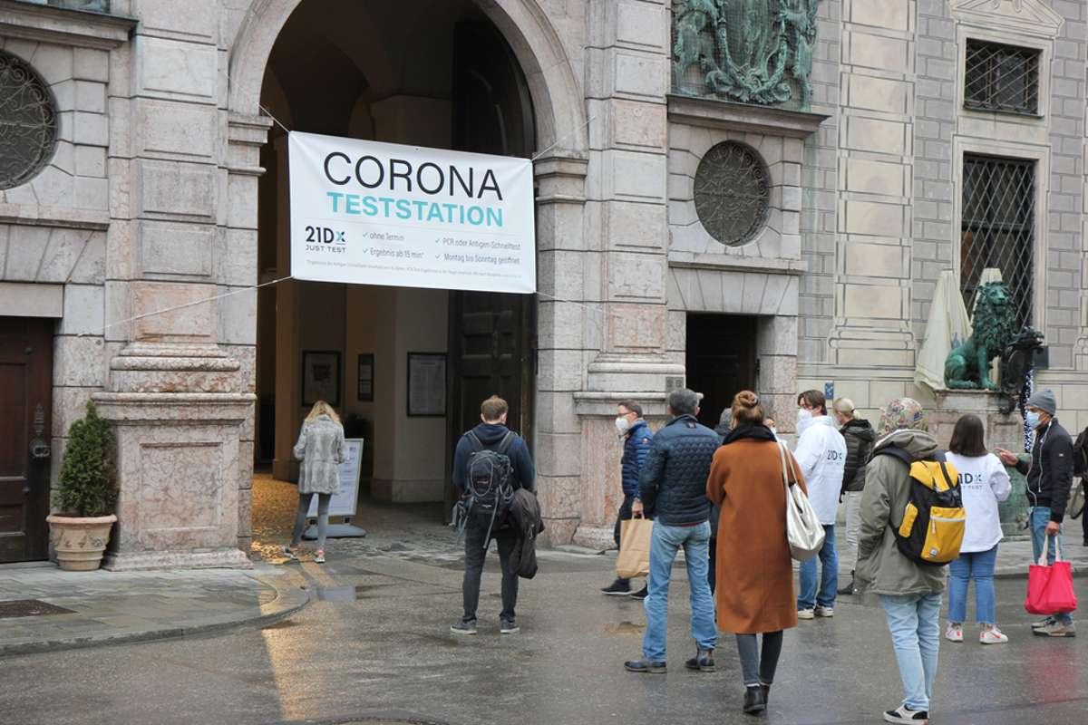 Ungeimpfte Arbeitnehmer mit Außenkontakt müssen sich testen lassen. Foto: Petra Weishaar / shutterstock.com