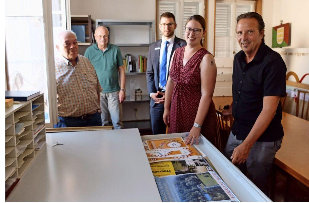 Gerhard Roos, Wolfgang Walter, Martin Tinter, Nina Raczek,  Bezirksvorsteher Ralf Bohlmann (von links) am neuen Plakatschrank. Foto: Iris Frey
