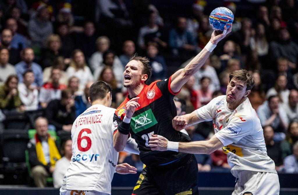 Kai Häfner setzt zum Wurf gegen  Spanien an. Foto: imago images/Bildbyran/VEGARD WIVESTAD GRÃÜ TT via www.imago-images.de