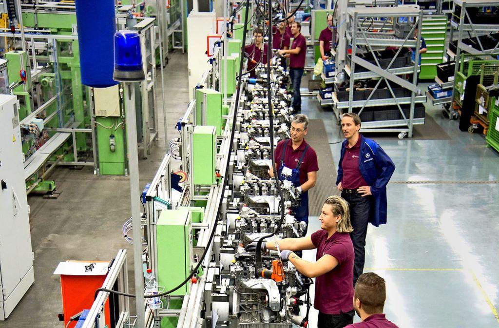 Die Jobs der Männer und Frauen des Mercedes-Werks  Untertürkheim hängen bislang vor allem an den Verbrennungsmotoren. Das soll sich ändern. Foto: Martin Stollberg