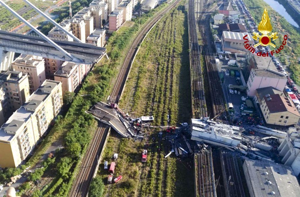 Am Tag nach dem Brückeneinsturz gehen die Rettungsarbeiten weiter. Foto: Vigili Del Fuoco/AP