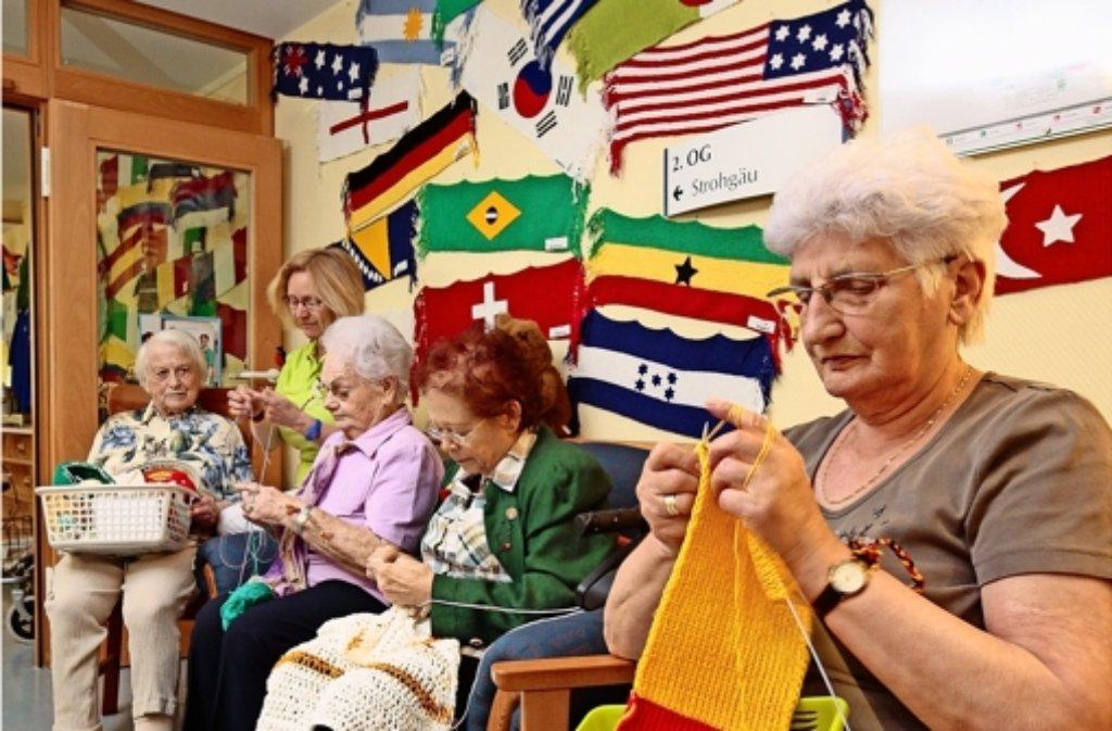 Doris Ruhle (2.v.li.) und die Frauen der Handarbeitsgruppe haben drei Monate an den Flaggen gestrickt. Foto: factum/Granville