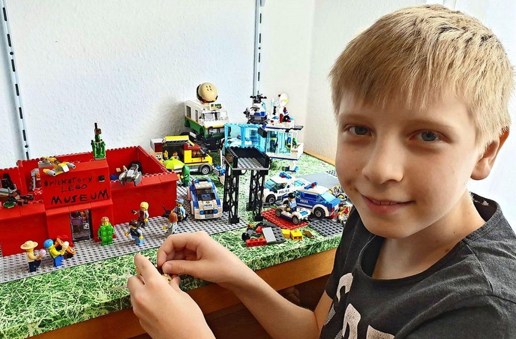 Seit  zwei Wochen ist Tim Schlor wieder zu Hause in Bonlanden. Dort spielt er am liebsten Lego. Foto: privat