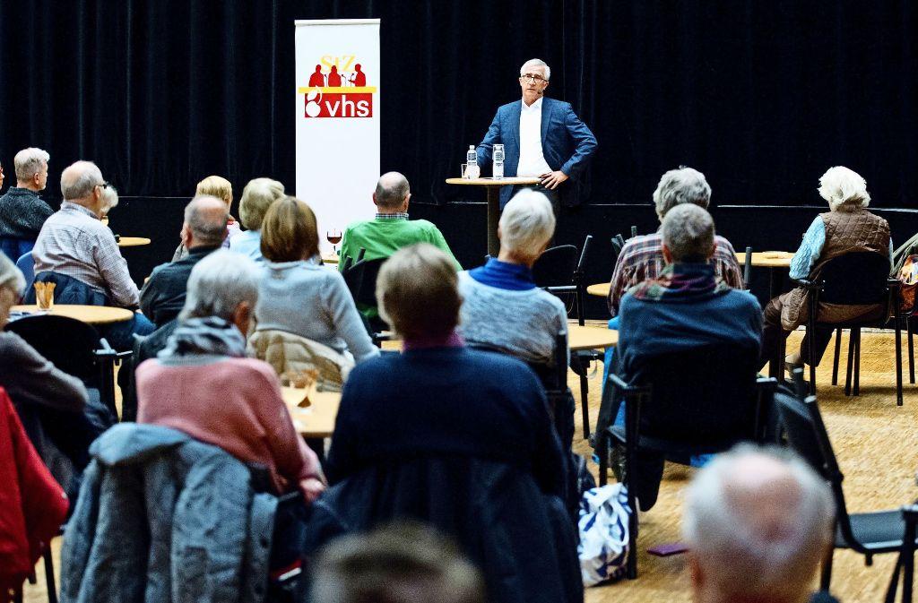 Armin Käfer im VHS-Pressecafé über die Folgen des Brexits. Foto: Lichtgut/Oliver Willikonsky