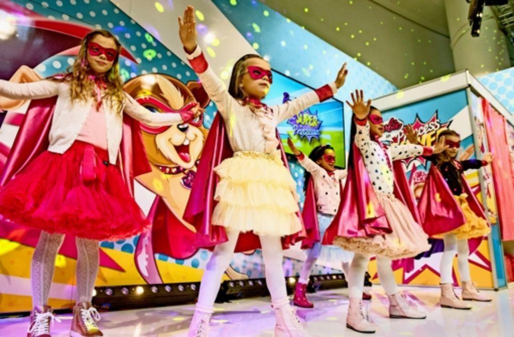 Heldinnen und Helden   sind einer von mehreren Trends auf der Spielwarenmesse in  Nürnberg. Unser Bild zeigt Mädchen  bei ihrem  Auftritt. Foto: Spielwarenmesse