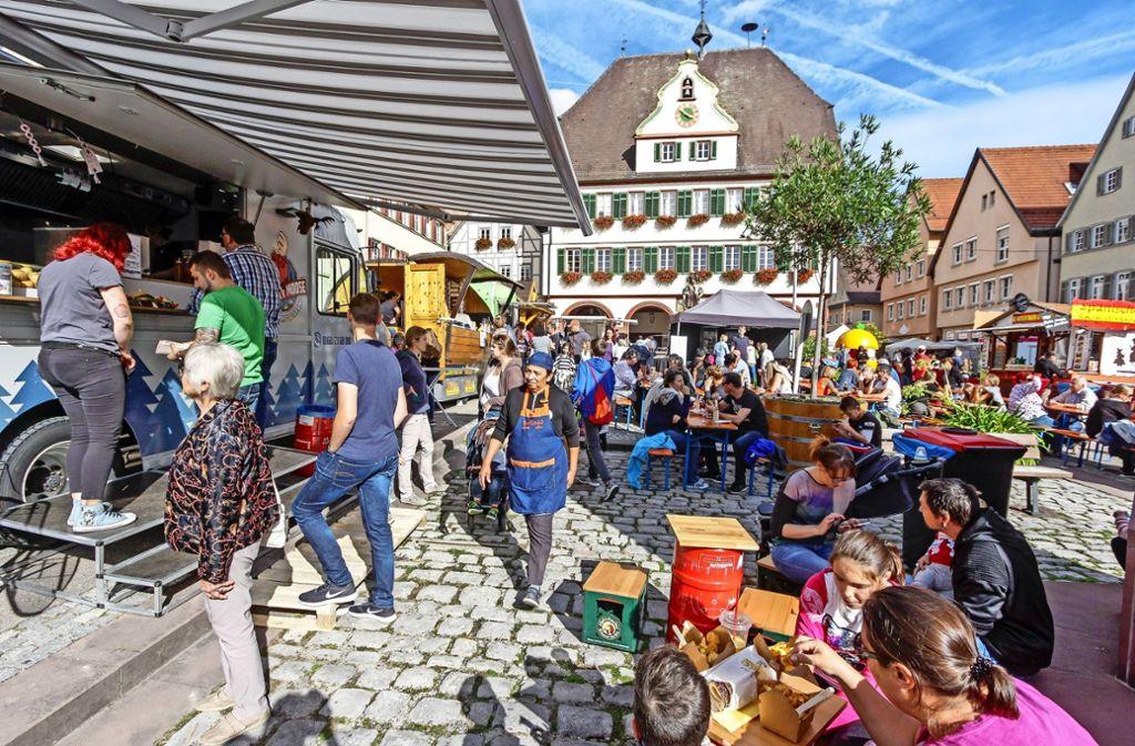 In verlockende Essensdüfte hüllt der Lukullische Herbst den altehrwürdigen Weil der Städter Marktplatz ein. Es gibt eine Auswahl zwischen 20 Küchen. Foto: factum/Bach