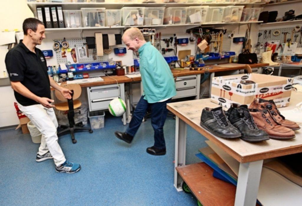 Kicken als Schuhcheck: Ralph Demaisons und Lothar Nickels testen, wie sicher  Nickels Stand im neuen Schuhwerk ist, Foto: factum/Granville