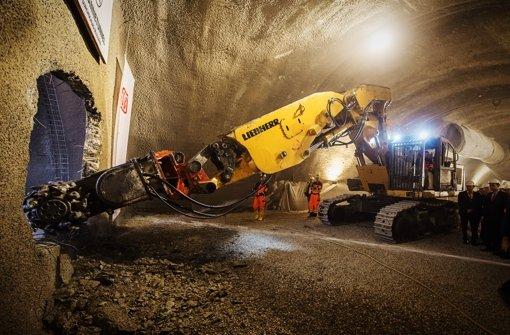 Der Bagger erledigt den Rest: Der Steinbühltunnel ist durchgeschlagen. Foto: dpa