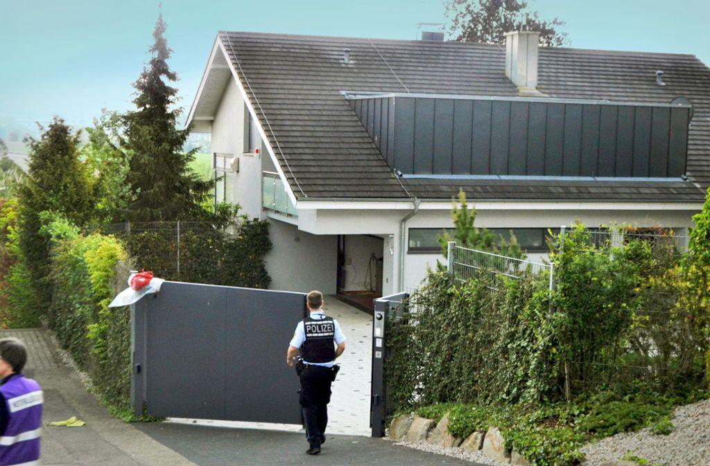Die Polizei sichert den Tatort. In diesem Haus in Tiefenbronn sind am Samstag zwei Menschen gestorben. Foto: 7aktuell/igm