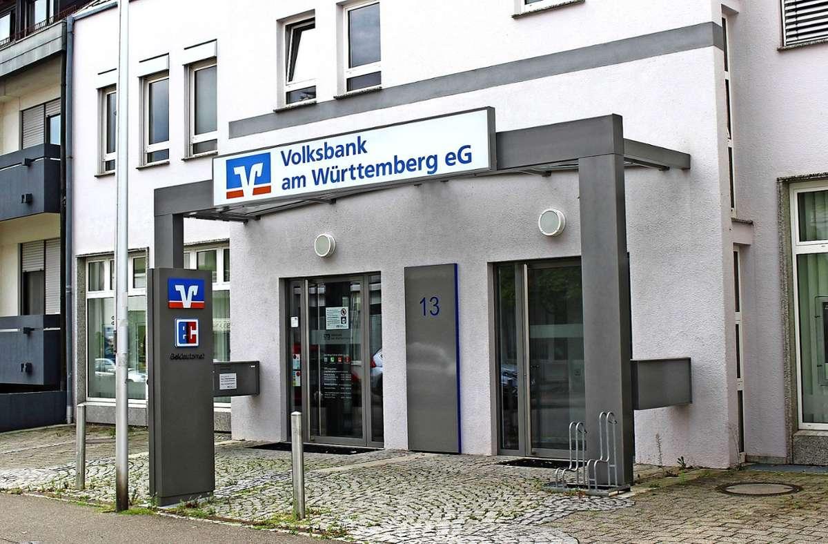 In der Filiale der Volksbank am Württemberg stehen noch Automaten zur Verfügung, der Bedienschalter bleibt zu. Foto: Caroline Holowiecki