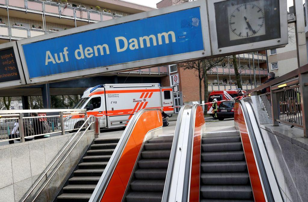 """Die U-Bahn Station """"Auf dem Damm"""" ist wegen eines Unfalls gesperrt. Beim dem Zusammenstoß von zwei U-Bahnen sind zahlreiche Menschen verletzt worden. Foto: dpa"""