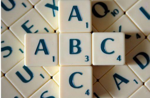Männer spielen Scrabble auf Kinoanzeige