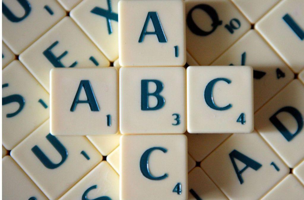 Die Beamten halfen den beiden Scrabble-Spielern, die Filmtitel auf der Anzeigetafel nach wieder herzustellen. Foto: dpa-Zentralbild
