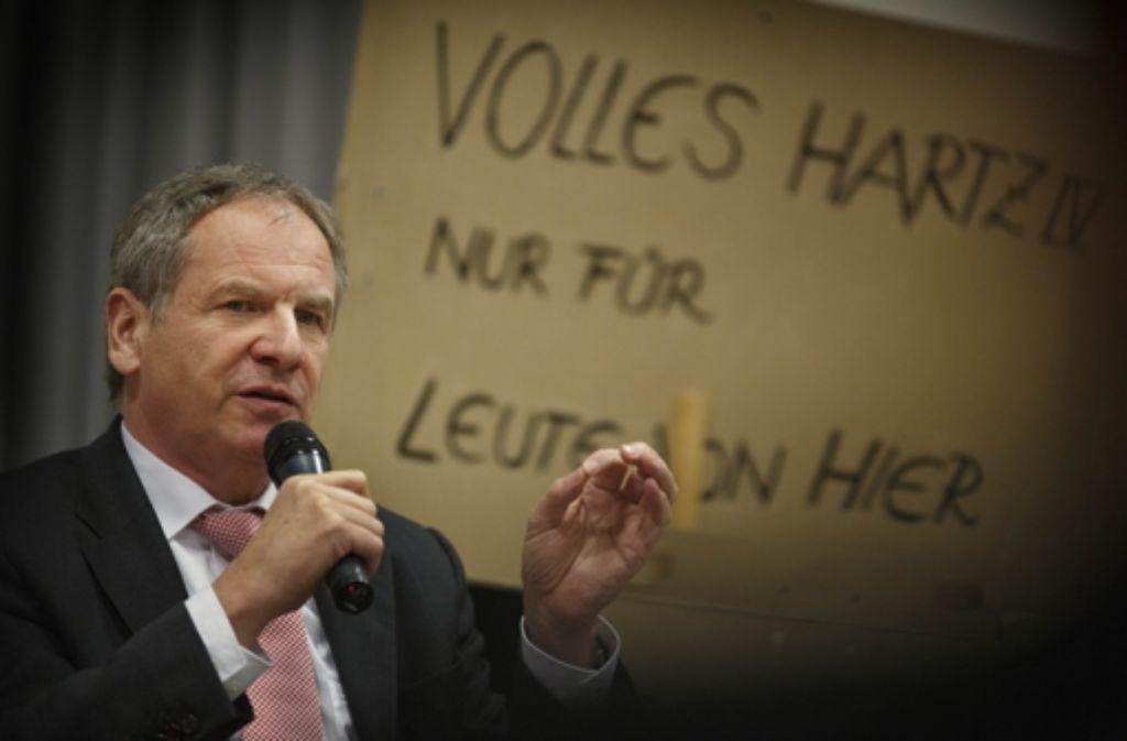 Heimspiel für Reinhold Gall bei den SPD-Parteifreunden in Weissach im Tal, im Hintergrund bei einer Straßenumfrage gesammelte Aussagen von Passanten Foto: Gottfried Stoppel