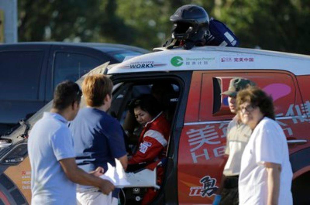 Der Mini Cooper der chinesischen Pilotin Guo Meiling raste in eine Gruppe von Fans. Foto: AP