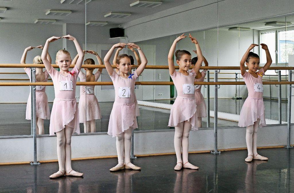 Zwei Mal im Jahr kommen die Prüfer in die Ballettschule von Anita Düster Foto: factum/Bach