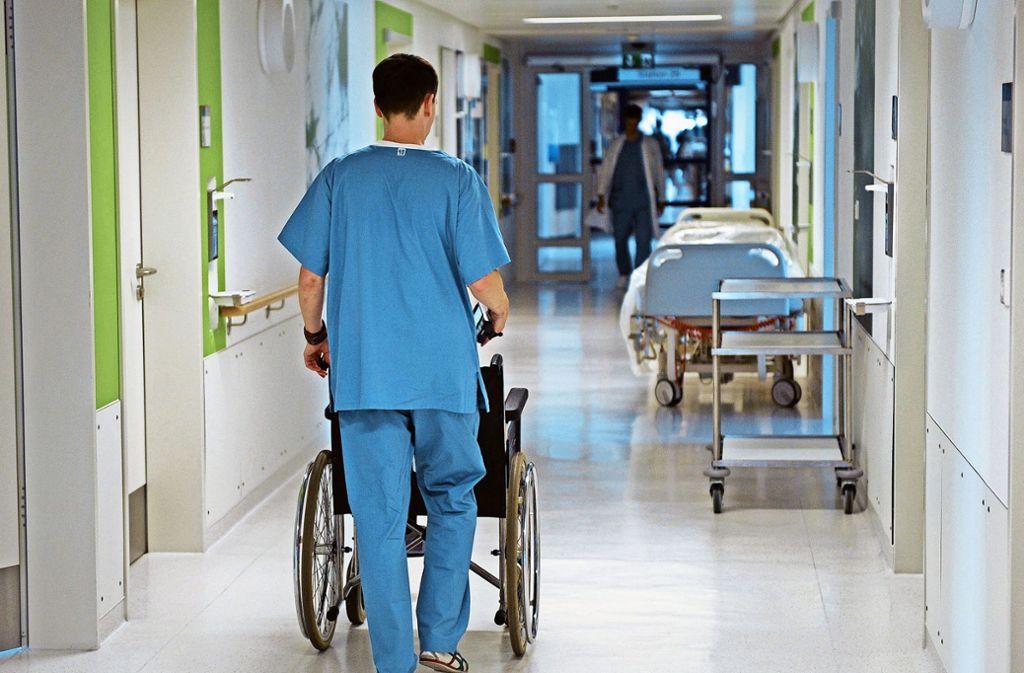Die Beschäftigten sind sich uneins über den Wert von Pflegekammern. Foto: dpa/Peter Steffen